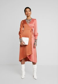 UNIQUE 21 - WRAP DRESS IN CONTRAST - Korte jurk - rust/blush - 2