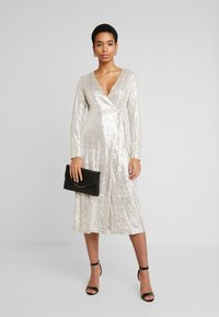 UNIQUE 21 - SEQUIN WRAP DRESS WITH BELT - Cocktailjurk - brushed silver - 2