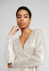 UNIQUE 21 - SEQUIN WRAP DRESS WITH BELT - Cocktailjurk - brushed silver - 4
