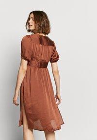 UNIQUE 21 - PUFF SLEEVE DRESS - Koktejlové šaty/ šaty na párty - brown - 4