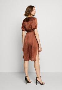 UNIQUE 21 - PUFF SLEEVE DRESS - Koktejlové šaty/ šaty na párty - brown - 2