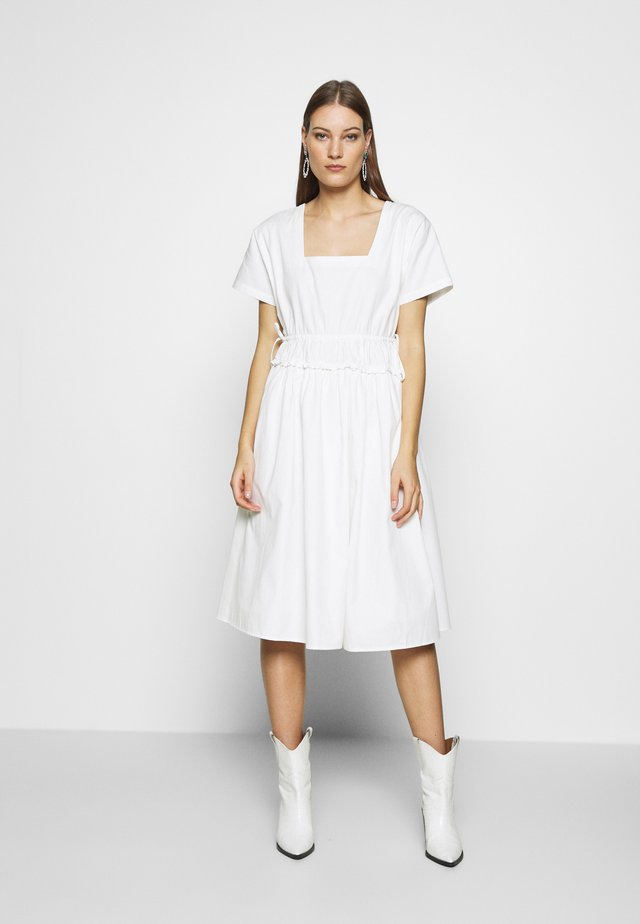 POPLIN SHIRRED WAIST MIDI DRESS - Freizeitkleid - white