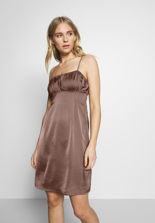 RUCHED CAMI SLIP DRESS - Freizeitkleid - chocolate