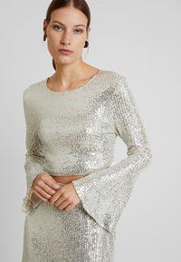 UNIQUE 21 - LONG SLEEVE SEQUIN - Blusa - brushed silver - 4