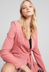 UNIQUE 21 - WRAP TAILORED - Blazer - dark rose - 3