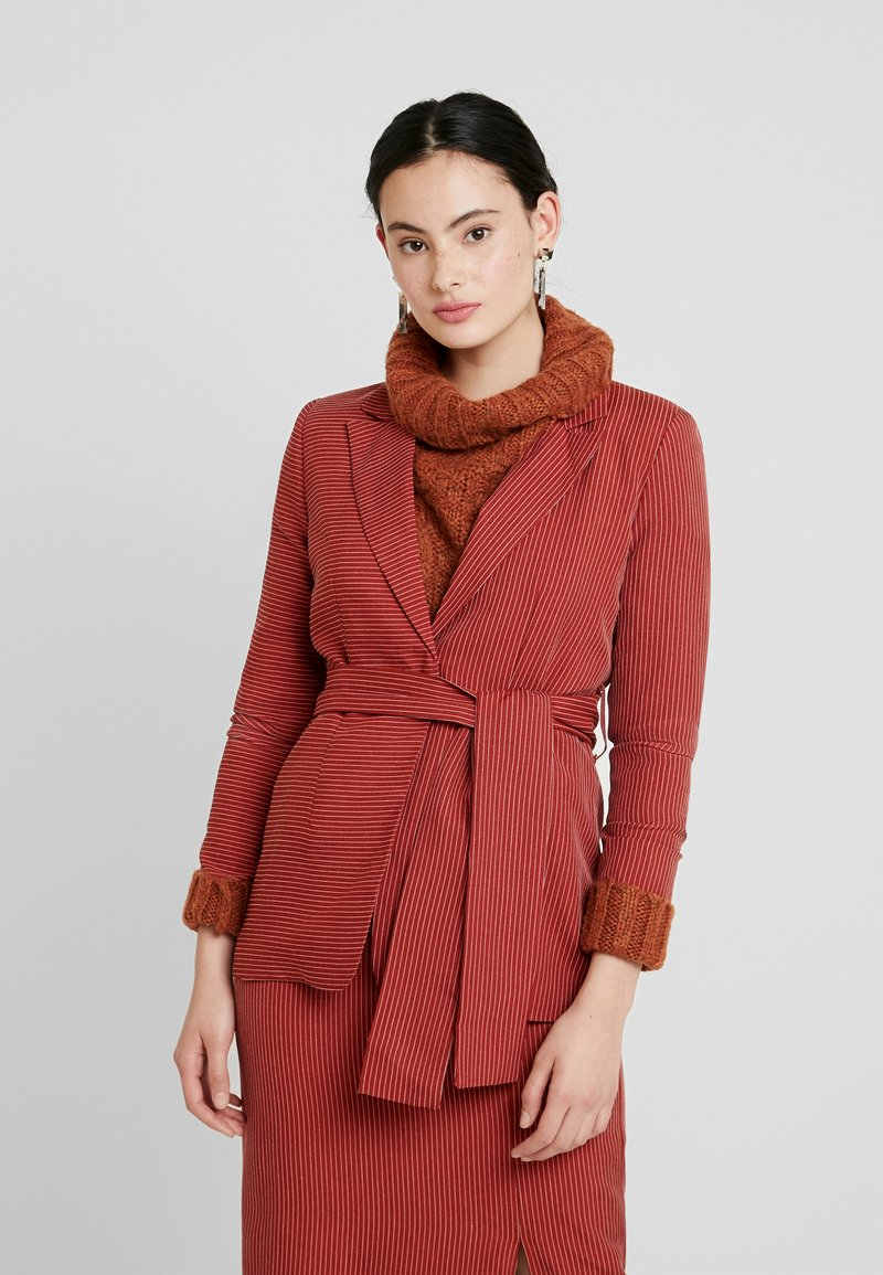 UNIQUE 21 - TAILORED IN RUST PINSTRIPE WITH TIE WAIST - Blazer - copper