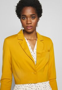 UNIQUE 21 - CINNAMON PREMIUM CROPPED - Blazer - mustard - 5