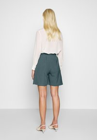 UNIQUE 21 - PEACOCK BELTED HIGH WAIST - Shorts - green - 2