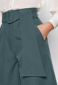 UNIQUE 21 - PEACOCK BELTED HIGH WAIST - Shorts - green - 5