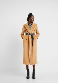 UNIQUE 21 - DOUBLE BREASTED - Classic coat - camel - 1