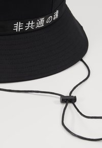 Uncommon Souls - LOGO BUCKET HAT - Hatt - black/black - 2