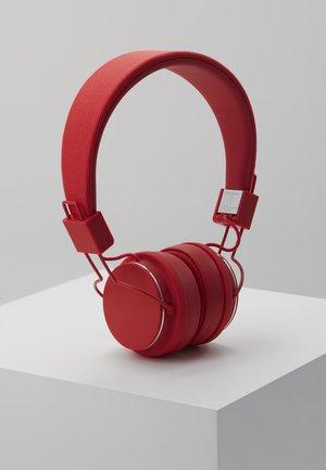 PLATTAN 2 - Høretelefoner - tomato