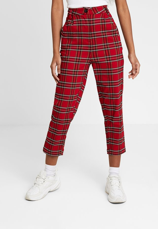 LADIES HIGHWAIST CHECKER CROPPED PANTS - Stoffhose - red/black