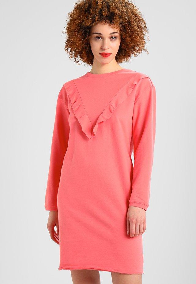 LADIES TERRY VOLANT DRESS - Korte jurk - coral