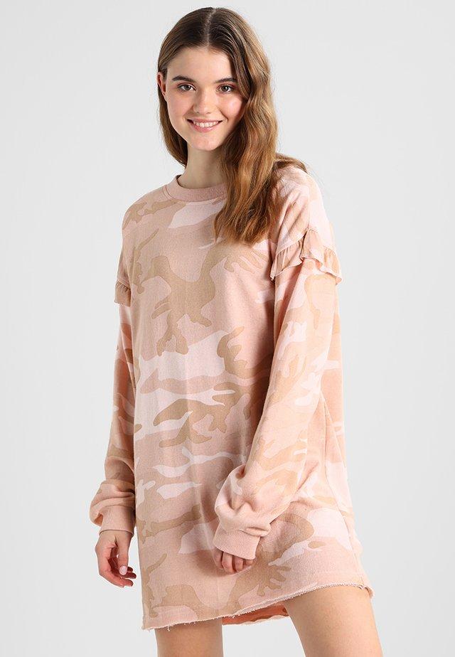 LADIES CAMO VOLANT CREW DRESS - Korte jurk - rose