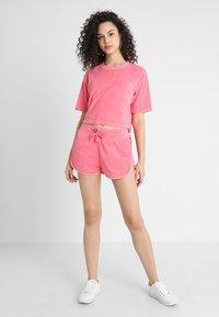 Urban Classics - LADIES SHORT TOWEL TEE - Triko spotiskem - pinkgrapefruit - 1