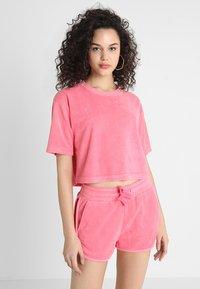 Urban Classics - LADIES SHORT TOWEL TEE - Triko spotiskem - pinkgrapefruit - 0