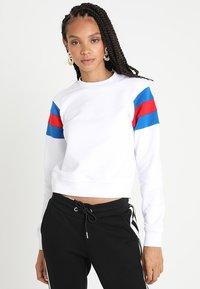 Urban Classics - LADIES SLEEVE CREW - Sweatshirt - white/brightblue/firered - 0