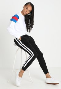 Urban Classics - LADIES SLEEVE CREW - Sweatshirt - white/brightblue/firered - 1