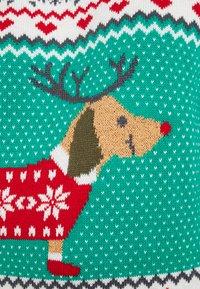 Urban Classics - SAUSAGE DOG CHRISTMAS - Jumper - teagreen/white/red/darkgrey - 5