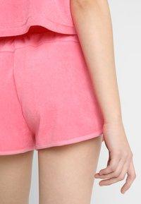 Urban Classics - LADIES TOWEL HOT PANTS - Teplákové kalhoty - pinkgrapefruit - 3