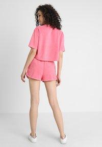 Urban Classics - LADIES TOWEL HOT PANTS - Teplákové kalhoty - pinkgrapefruit - 2