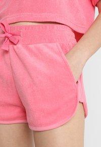 Urban Classics - LADIES TOWEL HOT PANTS - Teplákové kalhoty - pinkgrapefruit - 5