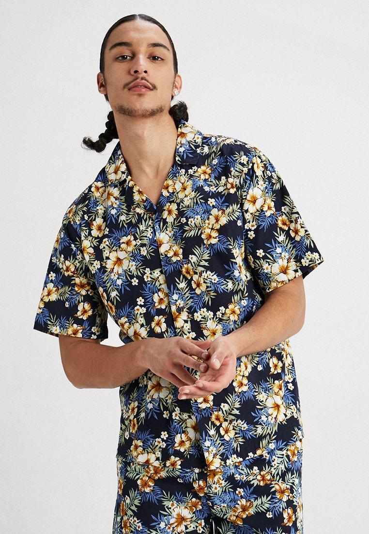 Urban Classics - PATTERN RESORT - Camisa - light blue