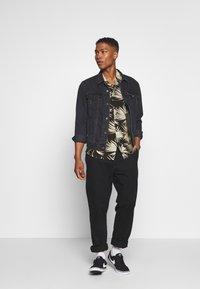 Urban Classics - FROND RESORT - Camicia - black - 1