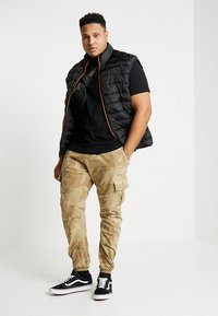 Urban Classics - PANTS - Cargo trousers - sand - 1