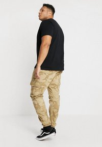 Urban Classics - PANTS - Cargo trousers - sand - 2