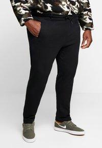Urban Classics - FORMULA CROPPED PEACHEDINTERLOCK PANTS - Bukse - black - 0