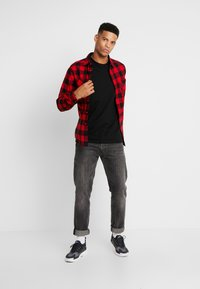 Urban Classics - CHECKED SHIRT - Overhemd - black/red - 1