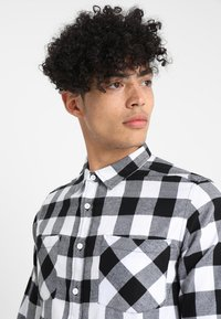 Urban Classics - CHECKED SHIRT - Koszula - black/white - 4