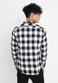 Urban Classics - CHECKED SHIRT - Koszula - black/white - 2