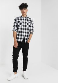 Urban Classics - CHECKED SHIRT - Koszula - black/white - 1