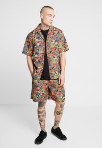 Urban Classics - PATTERN RESORT - Shorts - black/tropical - 1