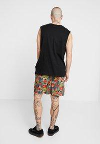 Urban Classics - PATTERN RESORT - Shorts - black/tropical - 2