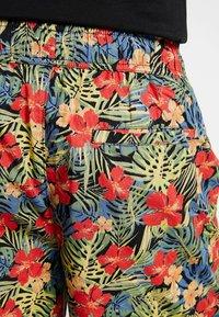 Urban Classics - PATTERN RESORT - Shorts - black/tropical - 4