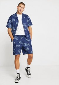 Urban Classics - PATTERN RESORT - Shorts - subtile - 1