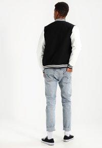 Urban Classics - OLDSCHOOL COLLEGE - Lett jakke - black / white - 2