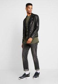 Urban Classics - 2 PACK - T-Shirt basic - olive/sand - 0