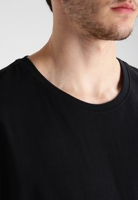 Urban Classics - LONG SHAPED TURNUP - T-shirt basic - black - 3