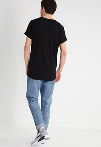 Urban Classics - LONG SHAPED TURNUP - T-shirt basic - black - 2