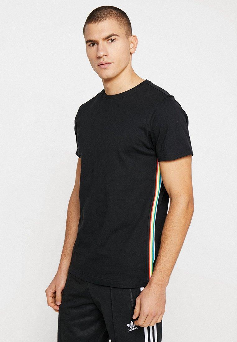 Urban Classics - SIDE TAPED TEE - T-shirts print - black/multicolor