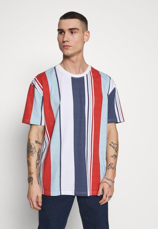 HEAVY OVERSIZED BIG STRIPE TEE - T-shirts print - burnedred
