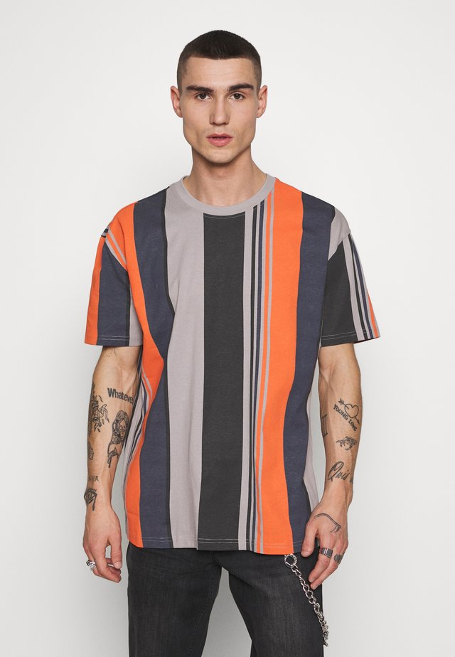 HEAVY OVERSIZED BIG STRIPE TEE - T-Shirt print - brick