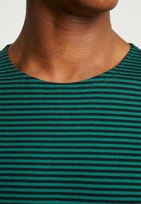 Urban Classics - YARN DYED BABY  - Print T-shirt - dark fresh green/black - 5