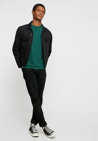 Urban Classics - YARN DYED BABY  - Print T-shirt - dark fresh green/black - 1