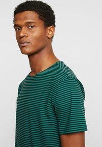 Urban Classics - YARN DYED BABY  - Print T-shirt - dark fresh green/black - 3